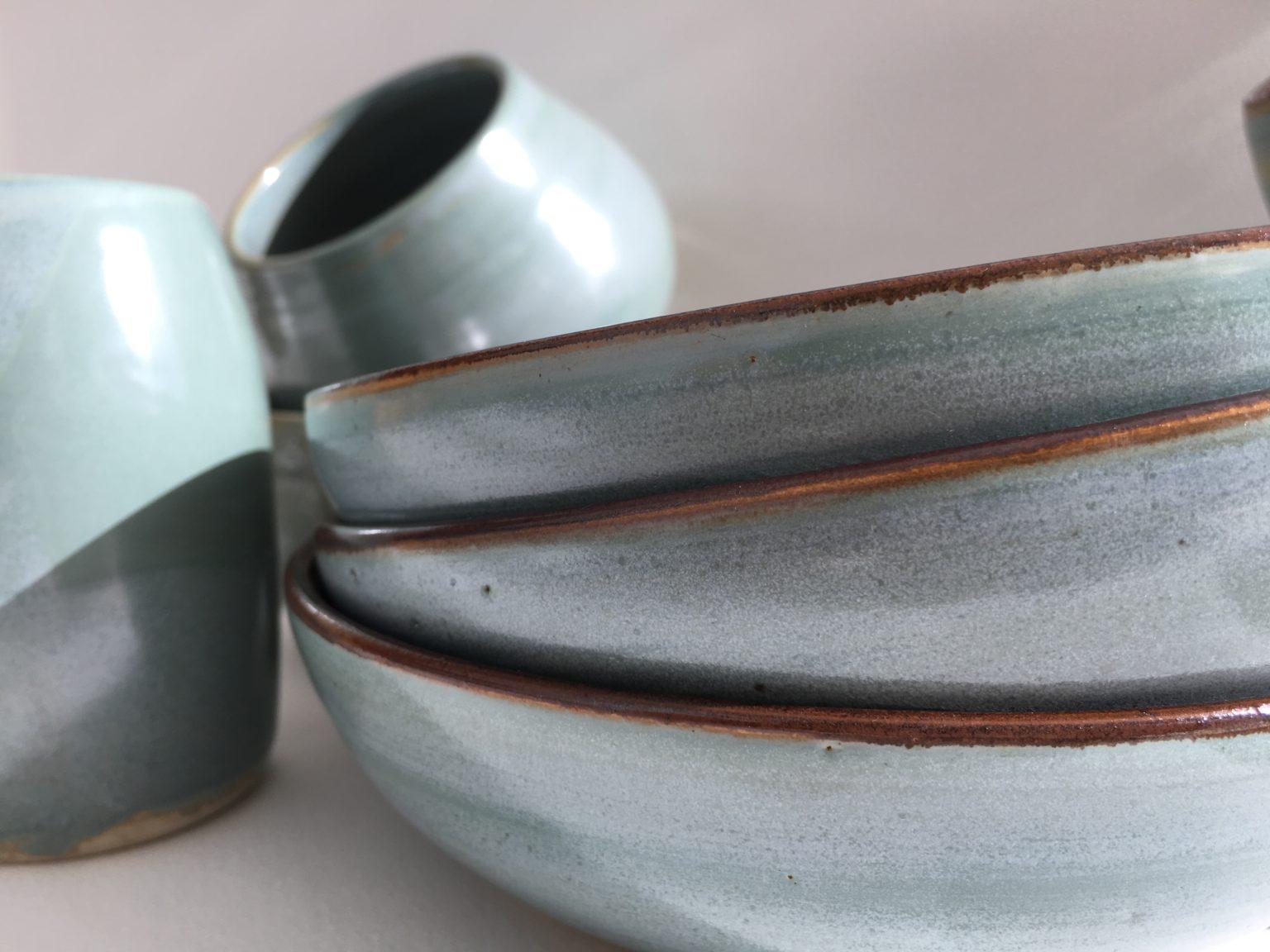 assiettes et mug céramique bleu ciel